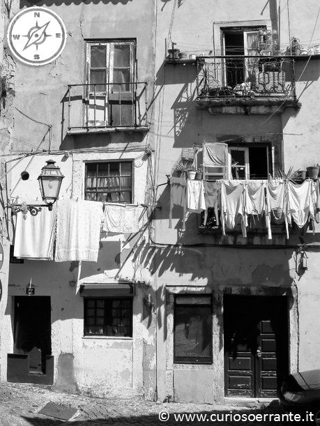 Lisbona - alfama - scorcio pittoresco panni appesi