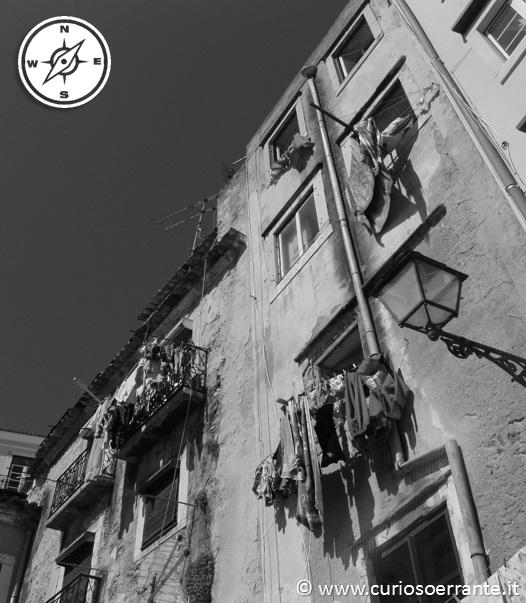 Lisbona - Alfama - scorcio delle vie con edifici