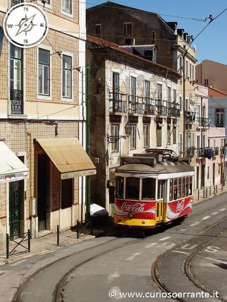 Lisbona - Alfama - I tram che percorre le stradine del quartiere