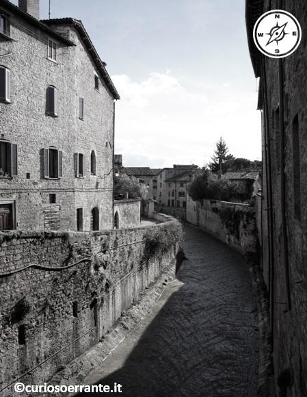 Palazzi medievali sul torrente Camignano che passa nel centro di Gubbio