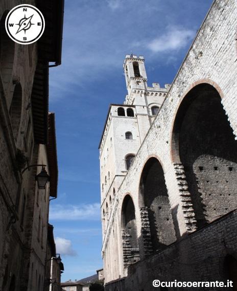 Archi di Piazza Grande a Gubb