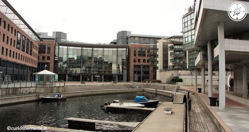 Aker Brygge di Oslo - gli ex canali sono stati trasformati in banchine come fossero parcheggi
