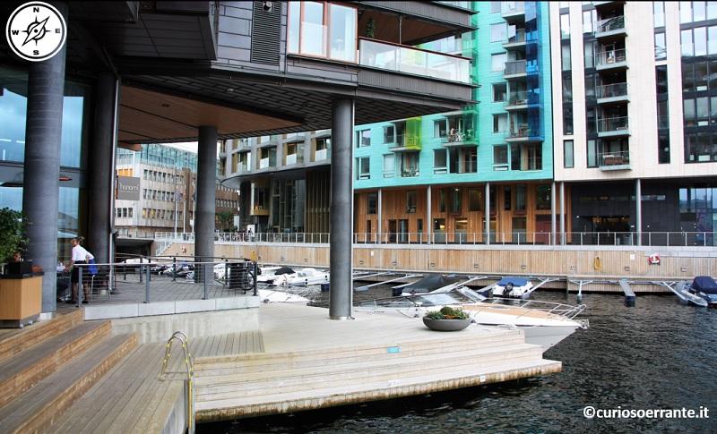 Aker Brygge di Oslo - le banchine permettono di raggiungere le barche da sotto le abitazioni
