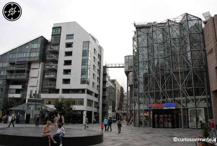 Aker Brygge di Oslo - numerose piazzette con negozi e centri commerciali