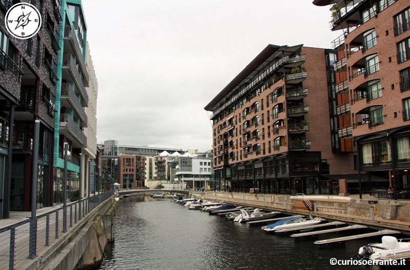 Aker Brygge di Oslo- uno dei numerosi canali pre esistenti inglobato nel quariere