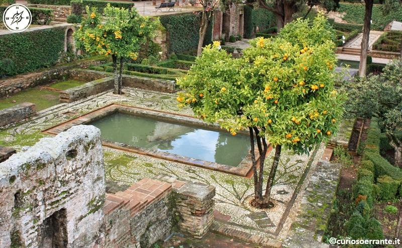 Alhambra - mosaici e aranci nei giardini all'interno