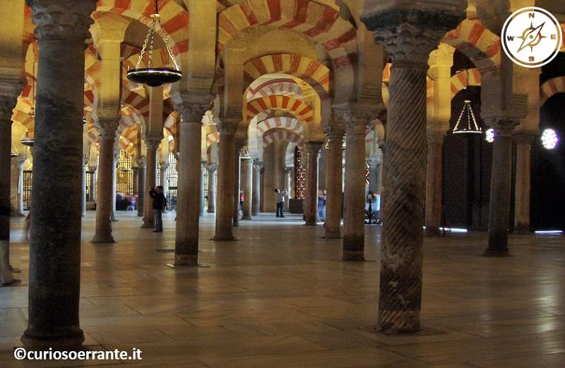 Mezquita di Cordoba - Archi e pilastri all'interno della moschea