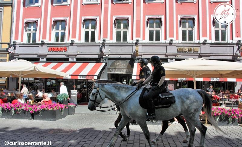 Oslo - Polizia a cavallo lungo Karl Johans Gate