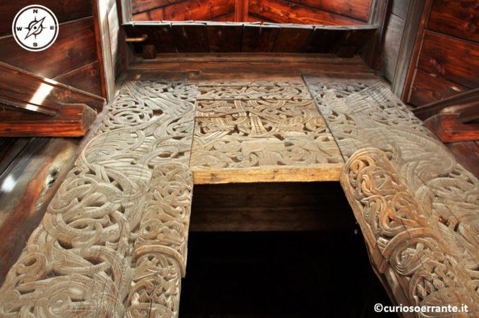 Norsk Folkenmuseum di Oslo - Intarsi nel portale di legno della Chiesa di Gol