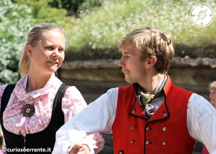 Norsk Folkenmuseum di Oslo - coppie in vestiti d'epoca danzano antiche melodie