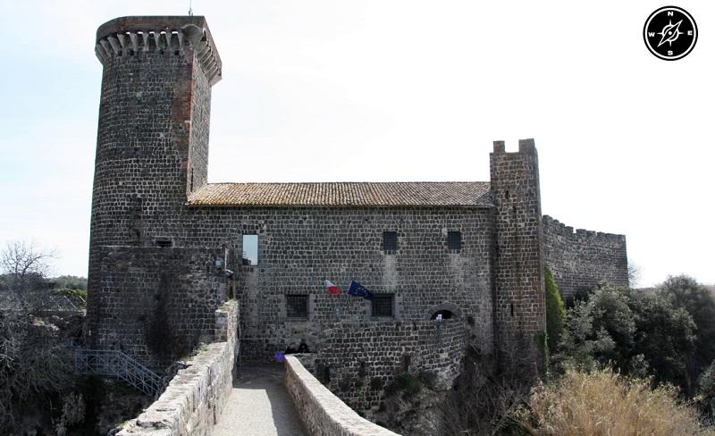 l'accesso al ponte entra nelle mura del castello