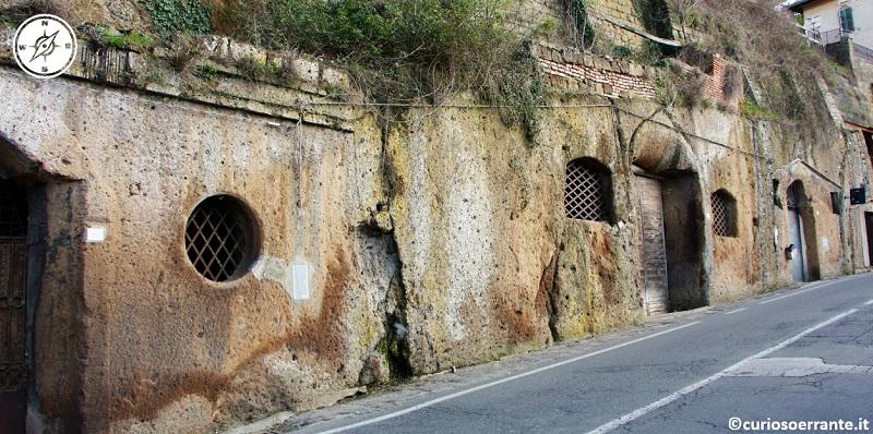 Numerose cantine sono state scavate nel tufo sotto gli edifici di Pitigliano