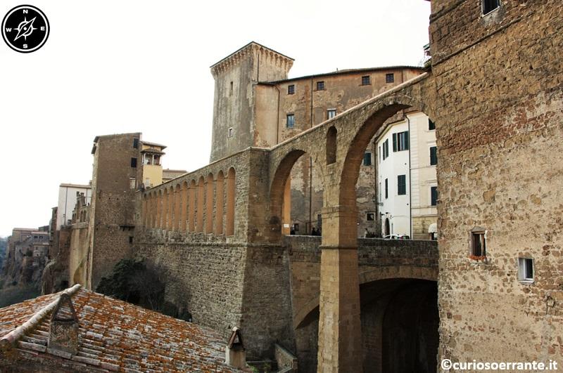Pitigliano - arcate dell'acquedotto mediceo