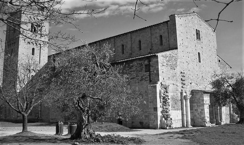Abbazia di Sant'Antimo in Val d'Orcia - Facciata e parte frontale dell'abbazia