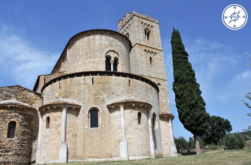Abbazia di Sant'Antimo in Val d'Orcia - Retro della chiesa e campanile