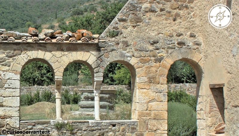 Abbazia di Sant'Antimo in Val d'Orcia - vecchie parti della abbazia senza copertura del tetto