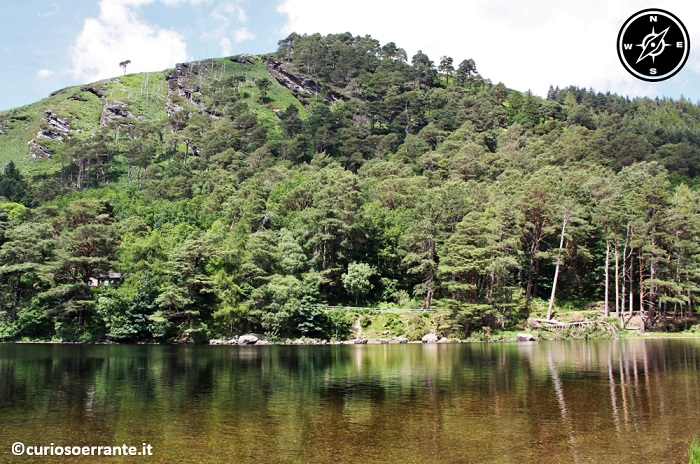 glendalough irlanda - numerosi sentieri lungo Upper Lake