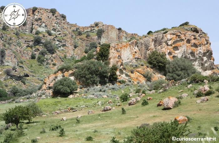 Domus de jadas scavate sulle rupi delle montagne