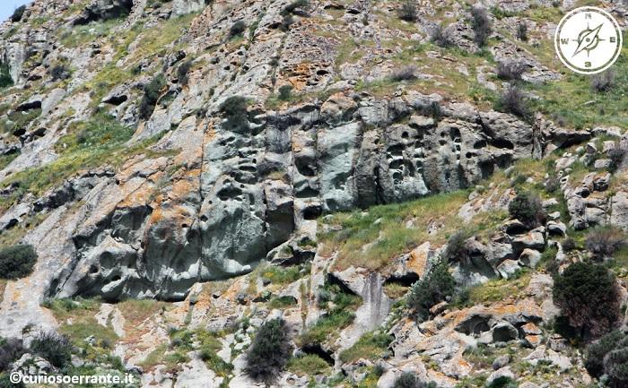 domus de jadas ricavate su una parete rocciosa
