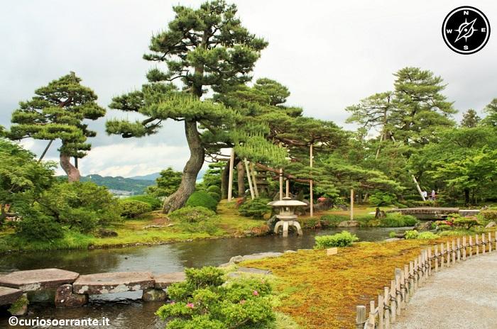 Kanazawa - Giardino Kenroku-en alberi ed acqua