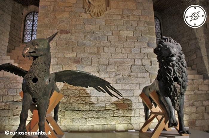 Perugia - Palazzo dei Priori - Il grifone ed il leone i simboli della città