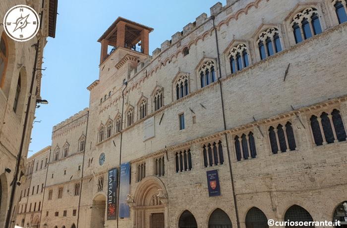 Perugia - Palazzo dei Priori - Lato su corso Vannucci