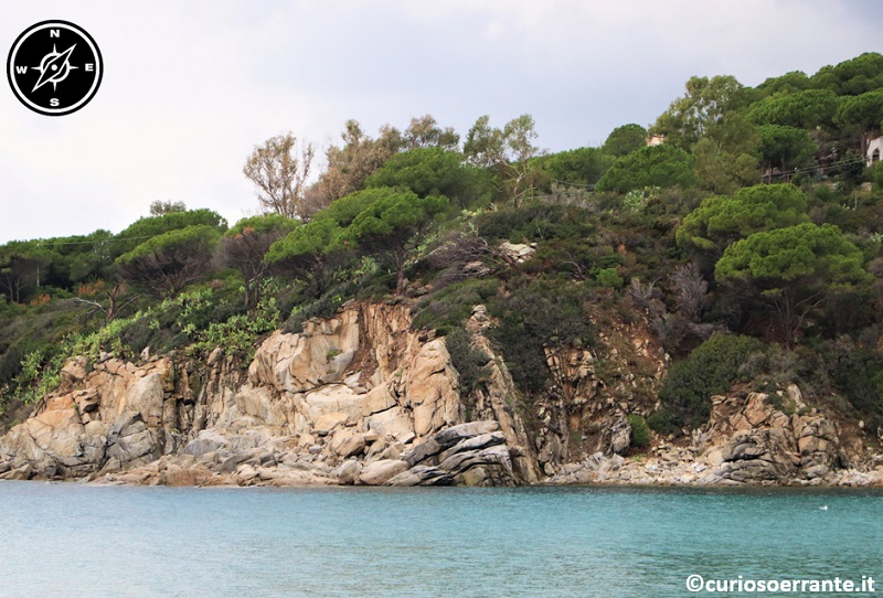Isola d'Elba - Il verde delle sponde rocciose ed il blu del mare