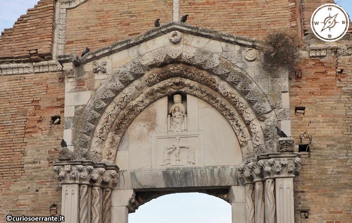 Vasto - Chiesa di San Pietro - particolari del portale