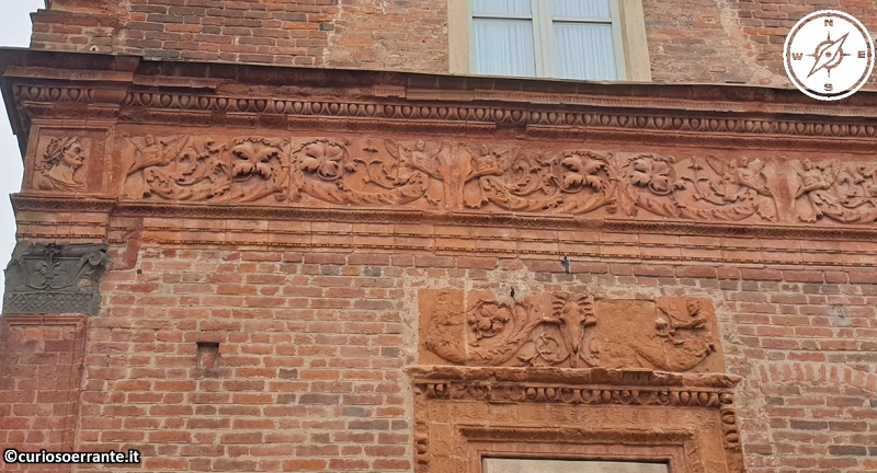 Palazzo Carminali Bottigella, già Beccaria - decorazioni in cotto su facciata