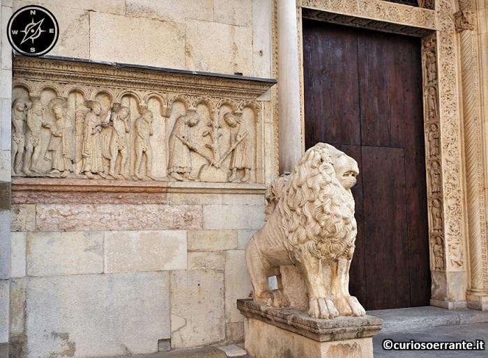 Modena - Duomo di Modena Fregi intorno alle porte