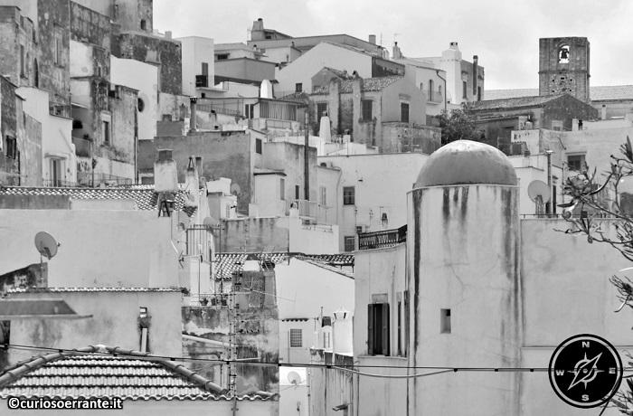 Peschici - case bianche e cupole in stile arabo