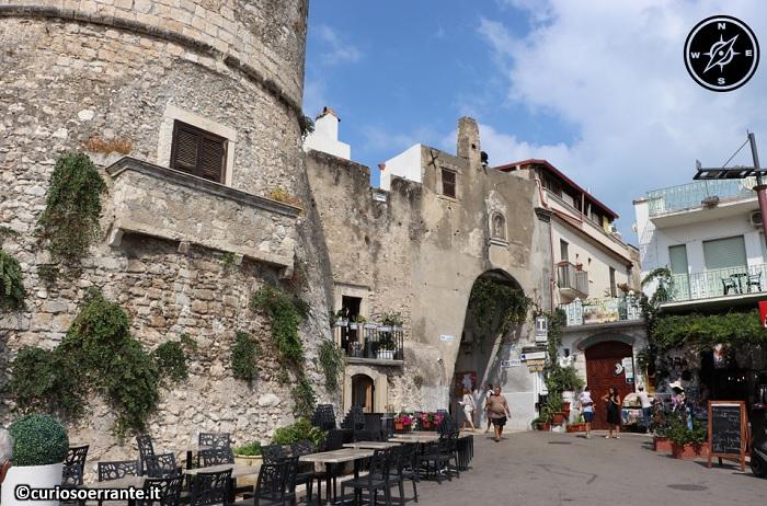 Peschici - ingresso nel borgo antico