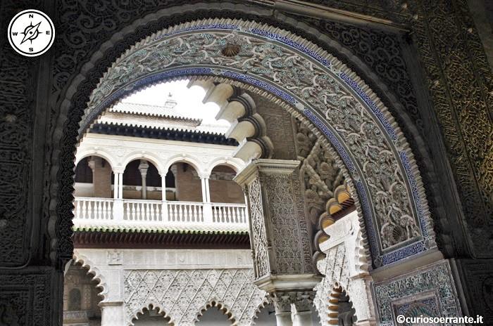 Siviglia - Azulejos e stucchi sugli archi del patio