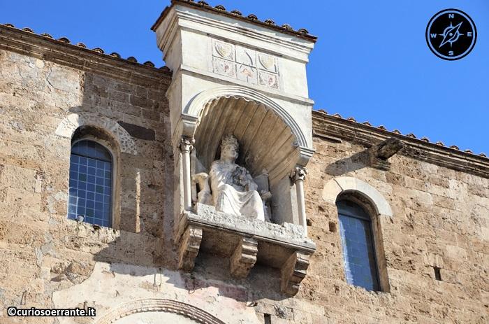 Anagni e la cattedrale di Santa Maria - statua di Bonifacio VIII