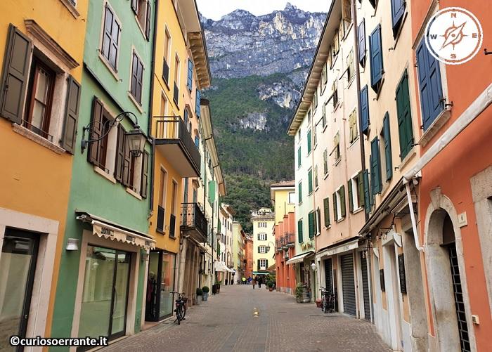 Riva del Garda - edifici colorati del centro storico