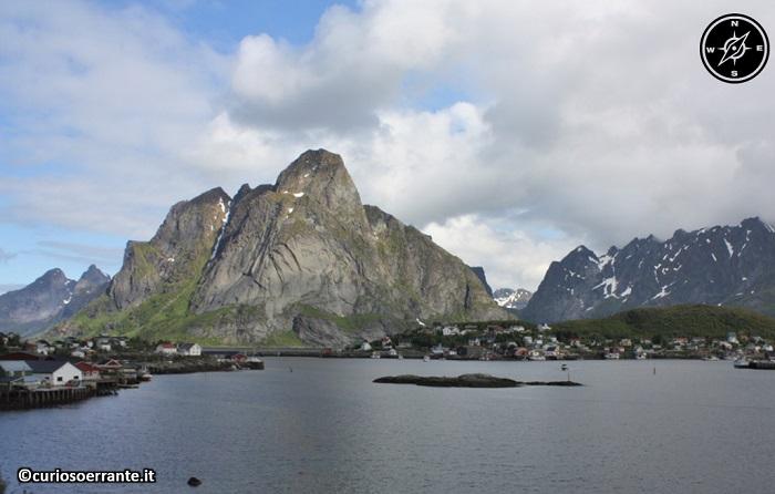 Isole Lofoten - La strada E10 segue la costa meridionale