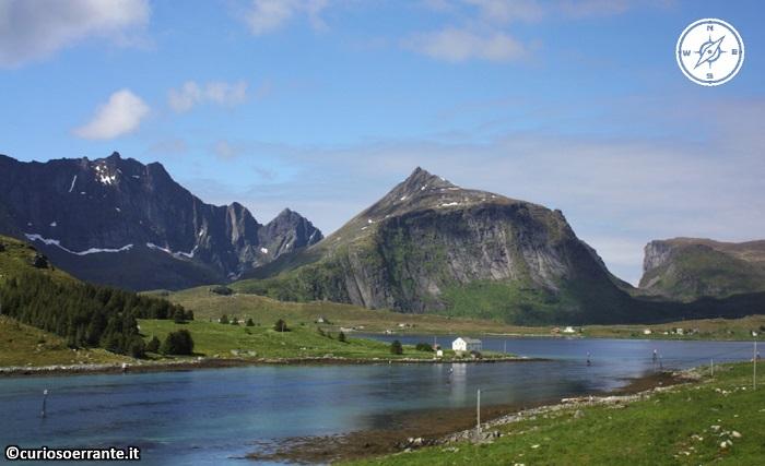 Isole Lofoten - Paesaggio di laghi, fiordi e montagne