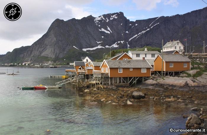 Isole Lofoten - case a palafitta lungo la via di Reine