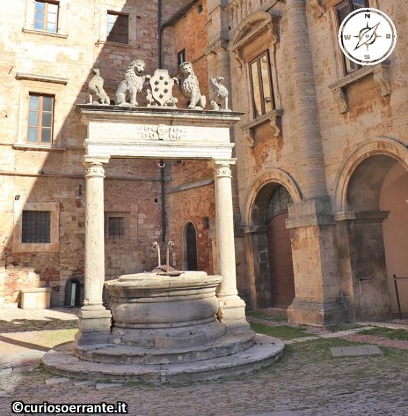 Montepulciano - Pozzo dei Grifi e dei Leoni in Piazza Grande