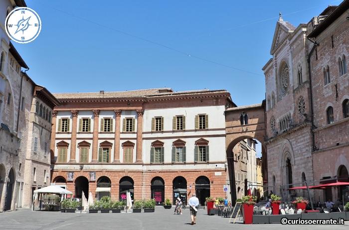 Foligno - Palazzo Trinci facciata su piazza e San Feliciano