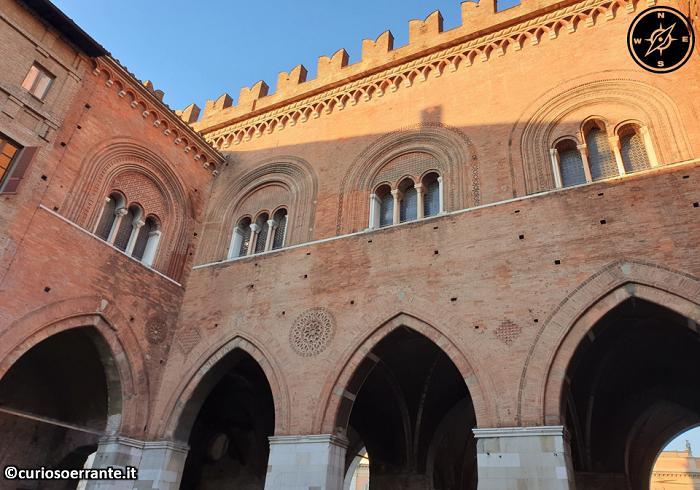 Piacenza - Palazzo gotico - cortile interno
