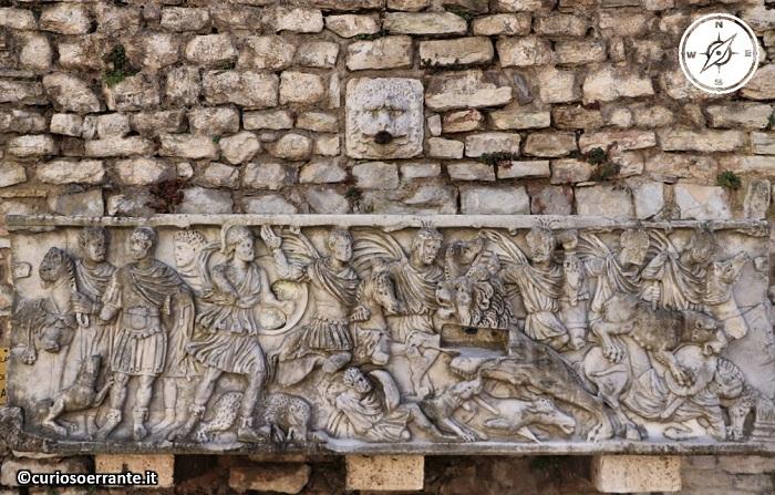 Spoleto - Fontana ricavata da sepolcro romano