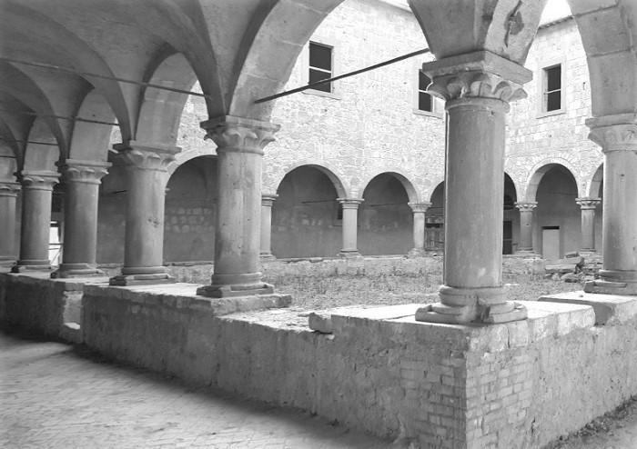 Tuscania - Chiostro della Chiesa di Sant' Agostino
