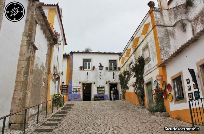 Óbidos - le vie e le case colorate del centro storico