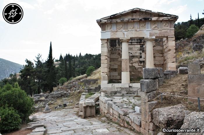 Antica Delfi - La Via Sacra e il Tesoro di Atene